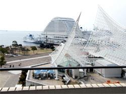 港神戸の風景を一望できる待合室からの眺め